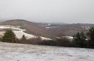 Vľavo Vysoká hora, Táborový potok, vpravo Havranka. V pozadí Nový hrad.