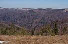 Výhľad z Kóty 1015 pri Okrúhlej. Vpravo vrch Čergov, v strede hrebeňové lúky pri sedle Chochuľka.